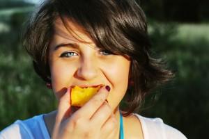 joven_comiendo